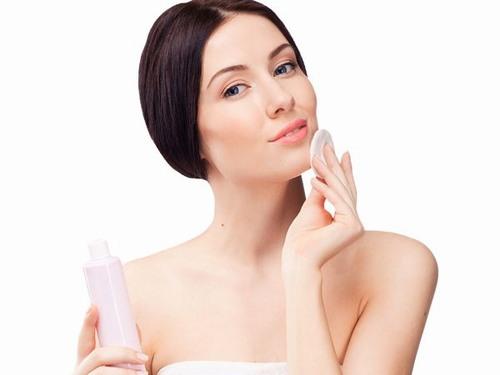 Dùng bông tẩy trang thấm nước hoa hồng thoa đều khắp mặt để làm sạch sâu, đảm bảo các chất bụi bẩn được loại bỏ sạch