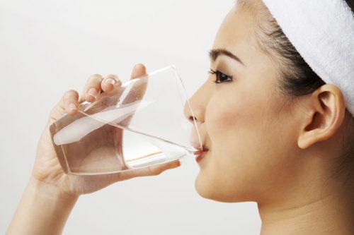 Uống nhiều nước giúp da mịn màng và trở nên sáng khỏe mịn màng, ngăn ngừa các vấn đề bị mụn hay khô sần