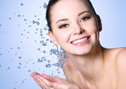 Da mặt sạch sẽ, lỗ chân lông sẽ khô thoáng và bụi bẩn, vi khuẩn không có cơ hội trú ngụ, phát triển, gây mụn.