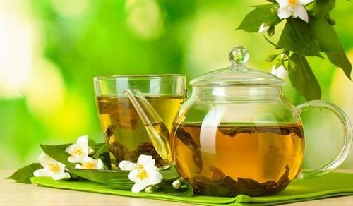 Trà xanh chứa nhiều chất catechin và flavonoid có tác dụng xoa dịu cảm giác nóng rát do cháy nắng gây ra