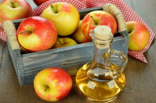 Kiên trì sử dụng giấm táo kết hợp với trà xanh để thoa lên vùng da bị mụn hàng ngày