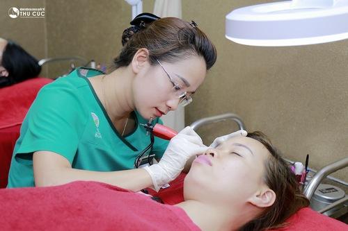 Tại đây ứng dụng đa dạng các phương pháp phun thêu lông mày, được thực hiện bởi các chuyên gia giàu kinh nghiệm.
