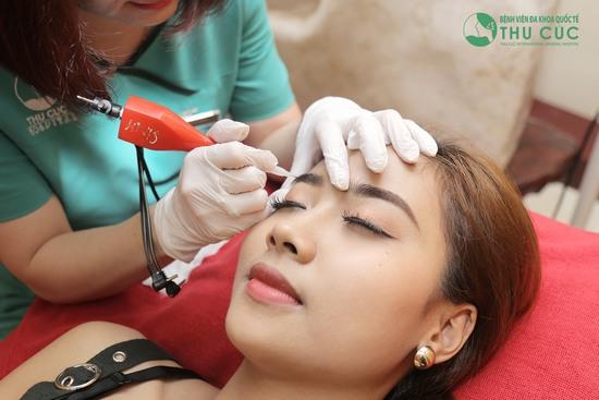 Nhờ đôi bàn tay khéo léo cùng quy trình phun thêu chuyên nghiệp sẽ giúp bạn sở hữu dáng mày hài hòa với gương mặt.