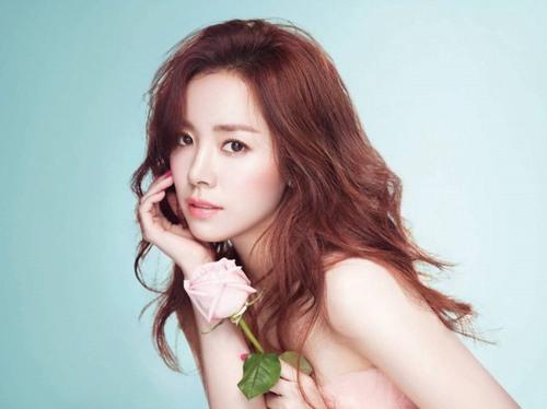 Kim Hee Sun tiết lộ cô đang sử dụng 2 loại mặt nạ khác nhau để chăm sóc da là mặt nạ bôt mì và mặt nạ hoa quả.