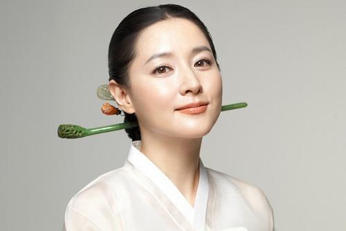 Lee Young Ae đã từng tiết lộ sở dĩ cô có được làn da trắng mịn hoàn hảo không tì vết chính là nhờ thường xuyên đắp mặt nạ khoai tây.