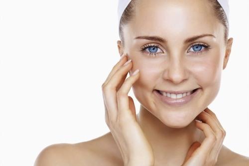Khi vào mùa hè, dưới tác động của thời tiết nắng nóng, da sẽ tiết nhiều dầu khiến bề mặt luôn trong tình trạng bóng nhẫy, nhờn dính và khó chịu.
