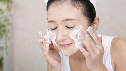 Mỗi ngày cần rửa mặt đều đặn 2 lần bằng sản phẩm sữa rửa mặt phù hợp.