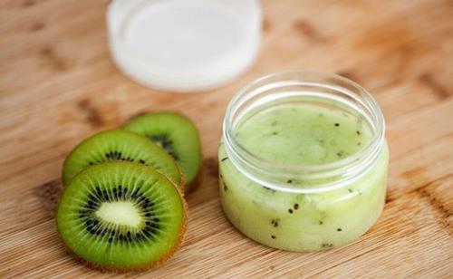 Kiwi cần xay nhuyễn, trộn với sữa chua không đường và đắp trực tiếp lên mặt trong 5-10 phút.