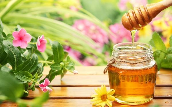 Các dưỡng chất có trong sữa chua, chanh và mật ong sẽ thẩm thấu sâu, kích thích da sản sinh collagen và ức chế sắc tố khiến da sạm đen.
