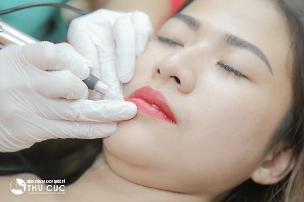 Không cần mất quá nhiều thời gian vào việc đánh son mỗi ngày, phái đẹp hoàn toàn có thể sở hữu đôi môi căng mọng nhờ kỹ thuật phun môi hiện đại