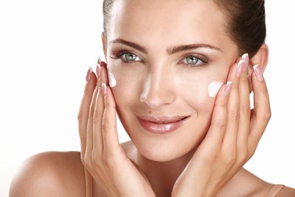 Các loại mỹ phẩm phù hợp nhất với làn da dầu là công thức có gốc nước vì bản chất da dầu là thiếu nước, cần cung cấp đủ nước cho da.