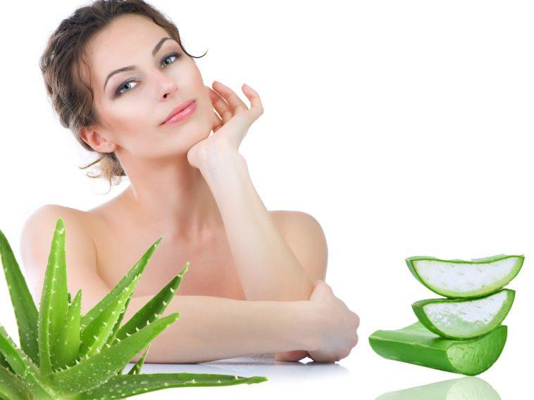 Sử dụng nha đam thoa lên vùng da bị mụn sẽ giúp chị em hỗ trợ loại bỏ các loại mụn một cách hiệu quả