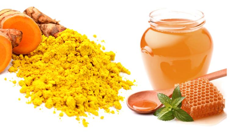 Kết hợp giữa mật ong và bột nghệ để tạo thành hỗn hợp đặc mịn thoa đều lên vùng da bị mụn. Phương pháp thích hợp cho mọi loại da nhưng cần kiên trì áp dụng lâu dài
