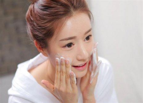 Vệ sinh da mặt hàng ngày sạch sẽ là cách chăm sóc da mặt bị mụn hiệu quả