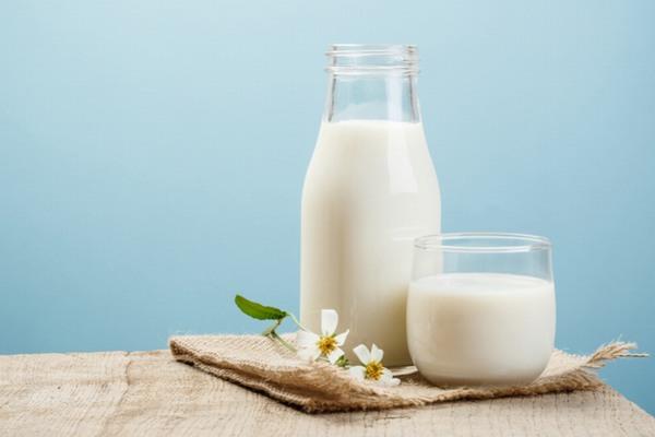 Canxi - thành phần chính trong sữa tươi sẽ có tác dụng điều chỉnh màu sắc tự nhiên cho da.