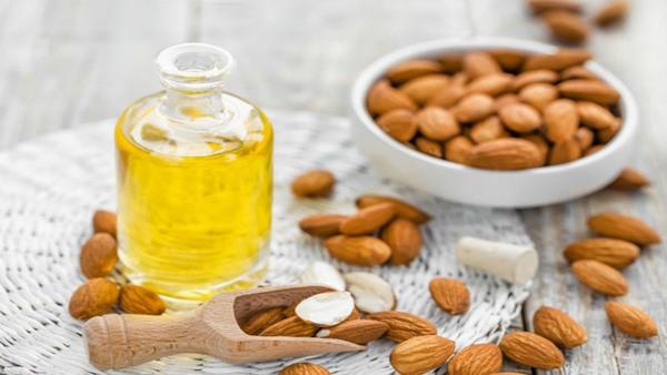 Dầu hạnh nhân chứa rất nhiều hợp chất có khả năng làm sáng da, trong đó đặc biệt phải kể đến niacinamide.
