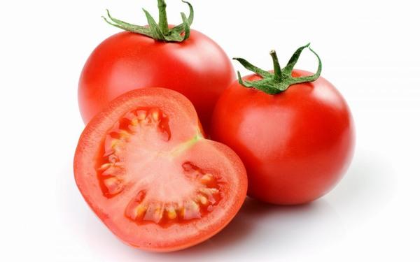 Cà chua là loại quả quen thuộc được rất nhiều chị em sử dụng để chăm sóc da tại nhà.