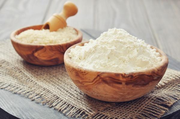 Bột gạo nguyên chất khi thoa lên da sẽ có tác dụng tẩy đi lớp tế bào chết, loại bỏ melanin gây sạm màu da