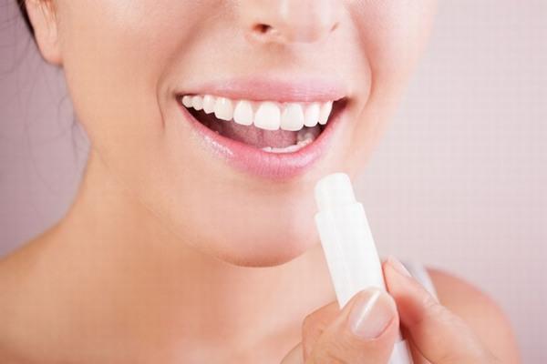 Sau khi môi đã hồi phục bạn có thể bôi son dưỡng môi để môi lên màu đều