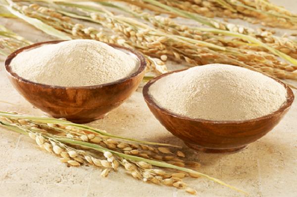 Thành phần trong cám gạo có chứa rất nhiều vitamin B sẽ nuôi dưỡng làn da từ sâu bên trong để da mềm mịn, sáng hồng hơn