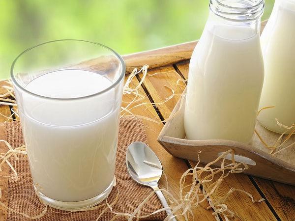 Sữa tươi chứa hàm lượng lớn vitamin A, E, D... có tác dụng giảm thiểu tình trạng kích ứng, loại bỏ tế bào chết, giúp da trắng sáng hơn mà không hề bị yếu hay mỏng đi
