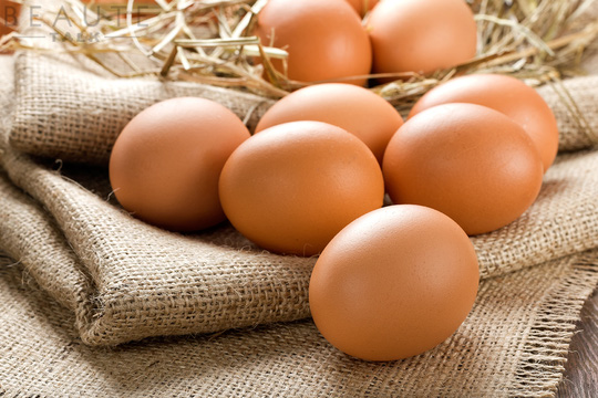 Lấy lòng trắng trứng trứng gà để thoa đều lên vùng da bụng cần được tẩy lông