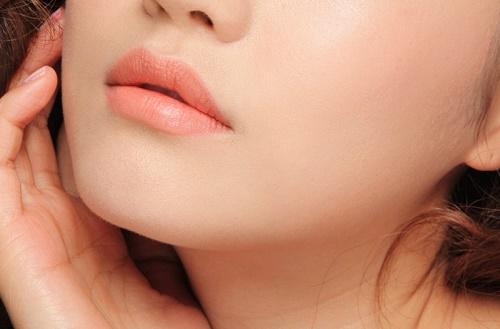 Phun môi giúp cải thiện tình trạng môi thâm xỉn, giúp chị em tiết kiệm được thời gian trang điểm.