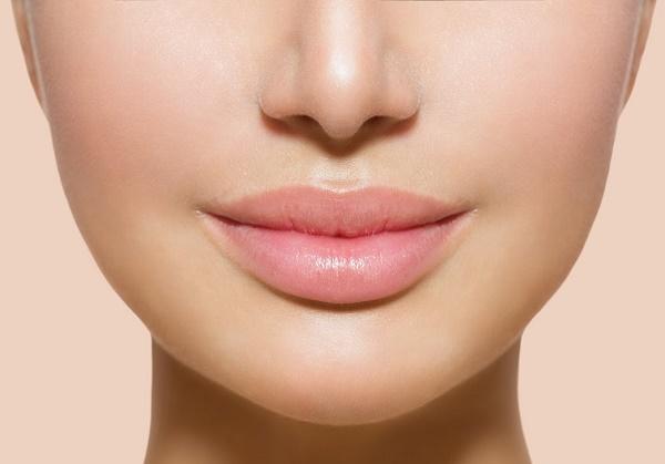 Những chị em sở hữu đôi môi hời dày một chút rất thích hợp với màu nude khi phun môi.