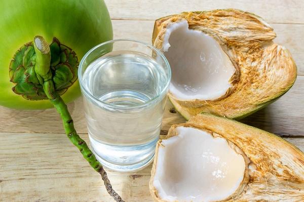 Các thành phần trong nước dừa có công dụng giảm cân, trị mụn, chống vi khuẩn, chống viêm.