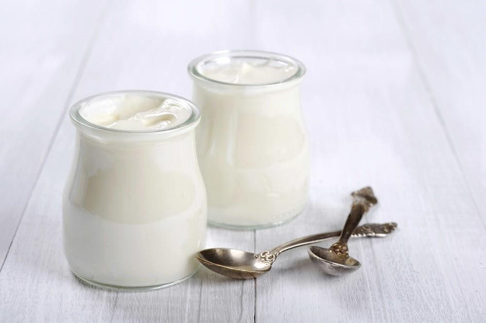Sữa chua không đường là nguyên liệu quan trọng giúp tắm trắng tại nhà hiệu quả