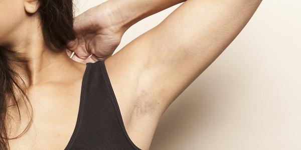 Vùng da dưới cánh tay rậm lông khiến chị em lo lắng vì làm mất tự tin khi diện trang phục sát nách.
