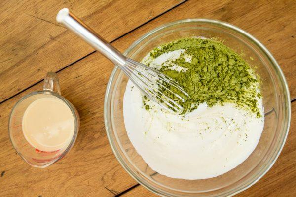Tùy đặc điểm làn da, các chị em sẽ trộn đều cám gạo với những nguyên liệu khác nhau