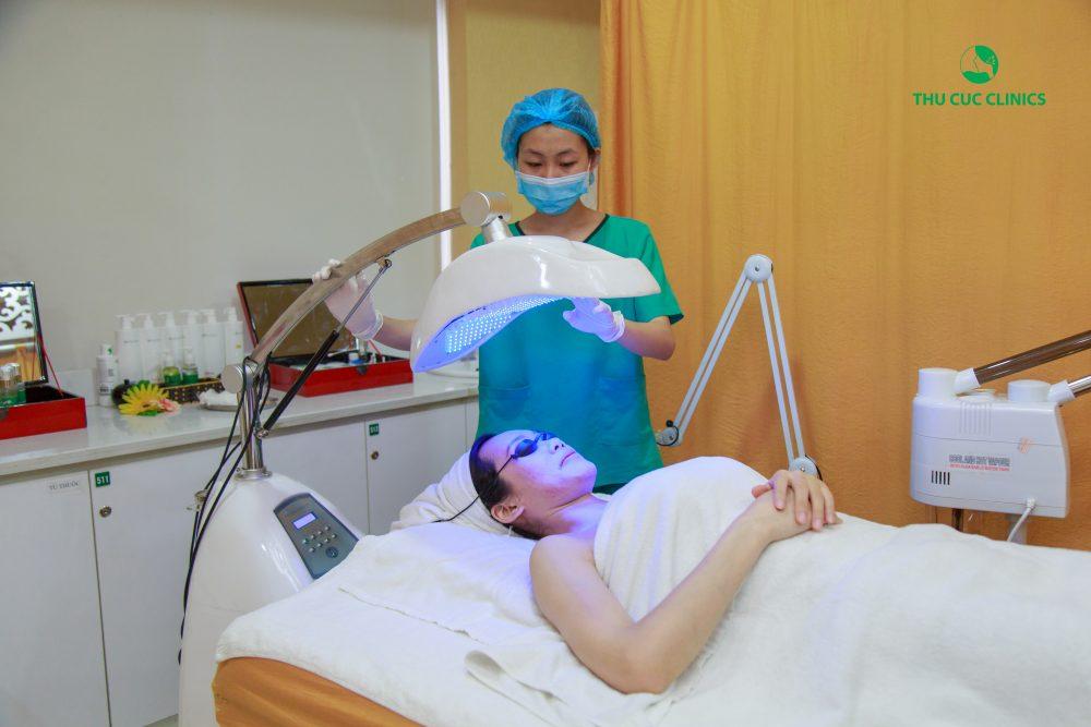 Để điều trị mụn trứng cá an toàn, hiệu quả cần đến thăm khám tình trạng da và điều trị mụn bằng công nghệ cao