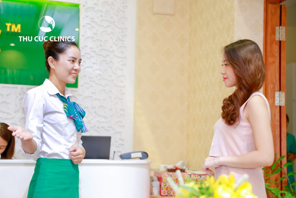 Ngay từ khi bị mụn các chị em nên đến trực tiếp các cơ sở thẩm mỹ uy tín để được chuyên gia thăm khám, soi da, tư vấn giải pháp điều trị phù hợp