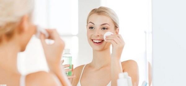 Đừng quên vệ sinh da mặt và cơ thể luôn sạch sẽ để mụn không có cơ hội tấn công nhé!