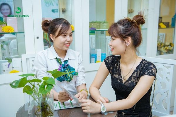 Khách hàng được tư vấn về các dịch vụ triệt lông tại Thu Cúc