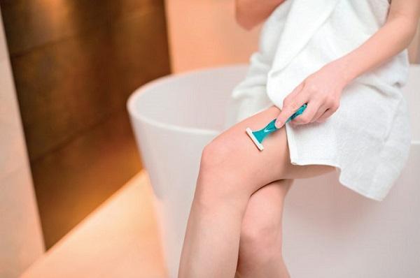 Tẩy lông bằng dao cạo có thể gây sạm da