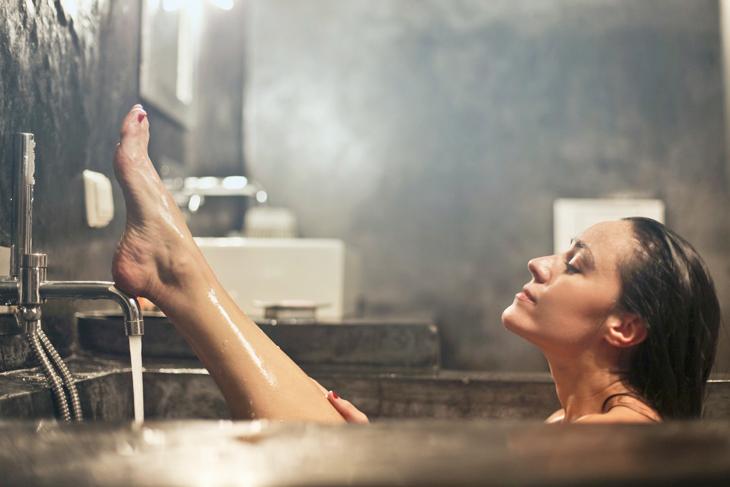 Bạn nên cạo lông chân sau khi tắm