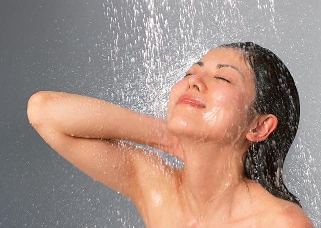 Tắm sạch trước khi nhổ lông nách