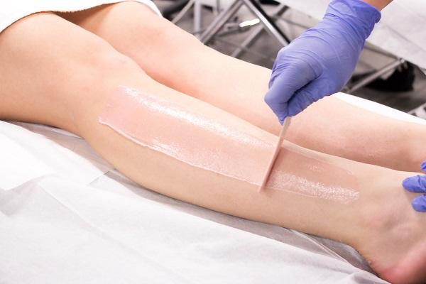 Tẩy lông bằng phương pháp waxing tại spa thường gây đau đớn