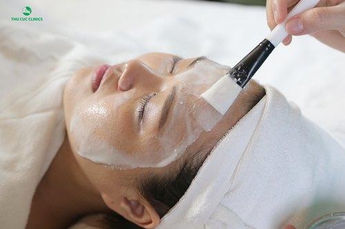 Chuyên viên Thu Cúc Clinics đang tiến hành đắp mặt nạ từ mật ong và sữa chua cho khách hàng.