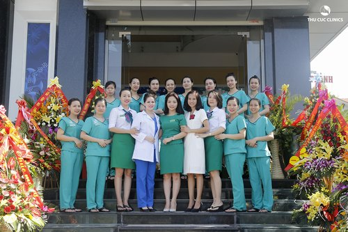 Đội ngũ chuyên gia đầu ngành và kỹ thuật viên giỏi tại Thu Cúc Clinics giúp khách hàng điều trị mụn thịt nhanh chóng, hiệu quả.