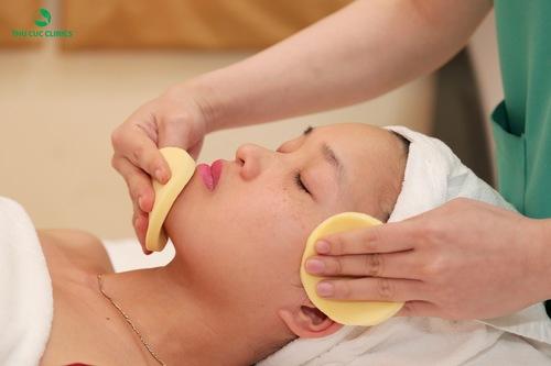 Khách hàng làm sạch da trước khi thực hiện quy trình trị tàn nhang