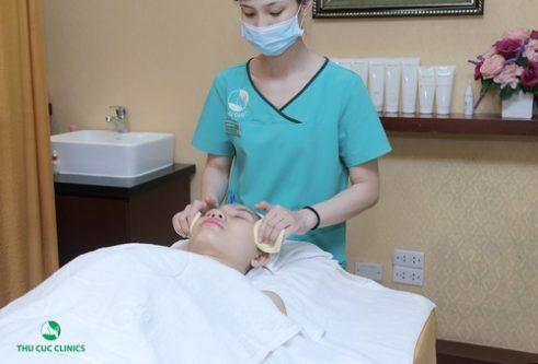 Chuyên viên đang làm sạch vùng da trước khi trị vết thâm bằng công nghê cao