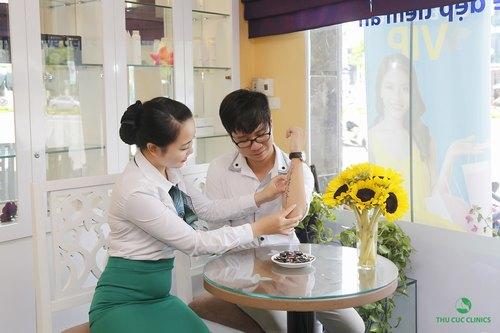 Chuyên viên Thu Cúc Clinics đang tư vấn về phương pháp xóa xăm cho khách hàng.