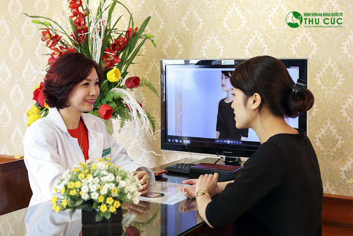 Thùy Linh được bác sĩ Thu Cúc thăm khám tỉ mỉ về tình trạng vết thâm và đưa liệu trình điều trị phù hợp bằng công nghệ IPL