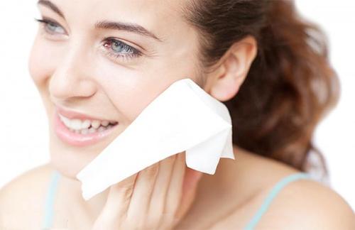 Làn da dầu nhờn cũng cần được dưỡng ẩm và cân bằng độ ẩm tự nhiên
