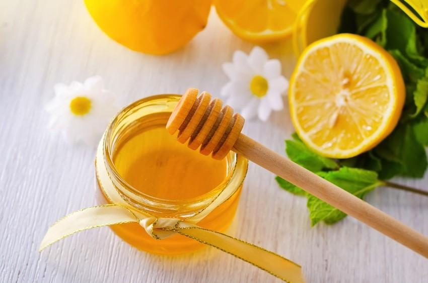 Cách trị mụn trứng cá bằng mật ong và chanh sẽ làm sáng da, làm mờ dần những vết sẹo mụn trứng cá