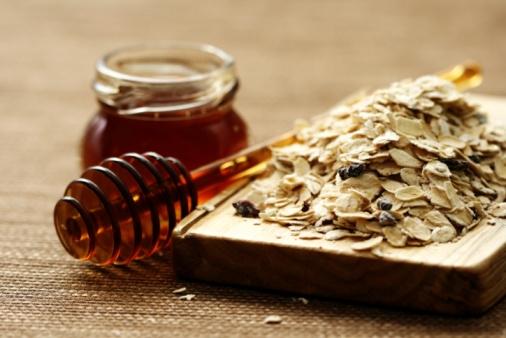 Mật ong và yến mạch là hỗn hợp có khả năng loại bỏ tế bào chết và mang lại làn da trắng sáng, mịn màng
