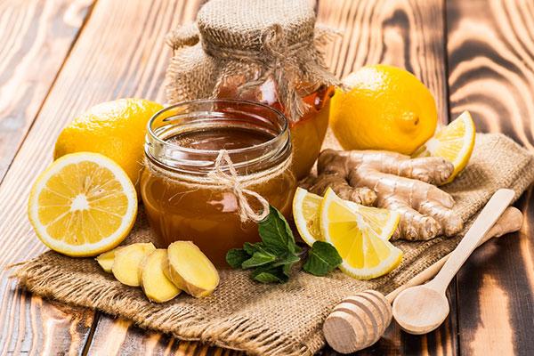 Kết hợp mật ong và chanh lại với nhau sẽ với nhau sẽ tạo da hỗn hợp dưỡng trắng và làm mềm da rất tốt